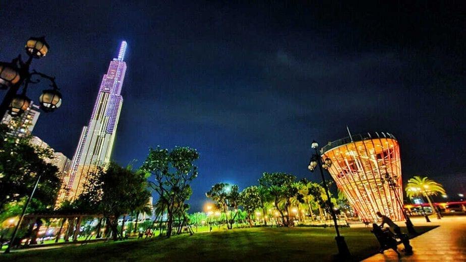 Công viên Vinhomes Central Park lung linh về đêm
