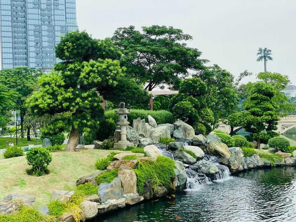 Một góc công viên với thác nước nhân tạo